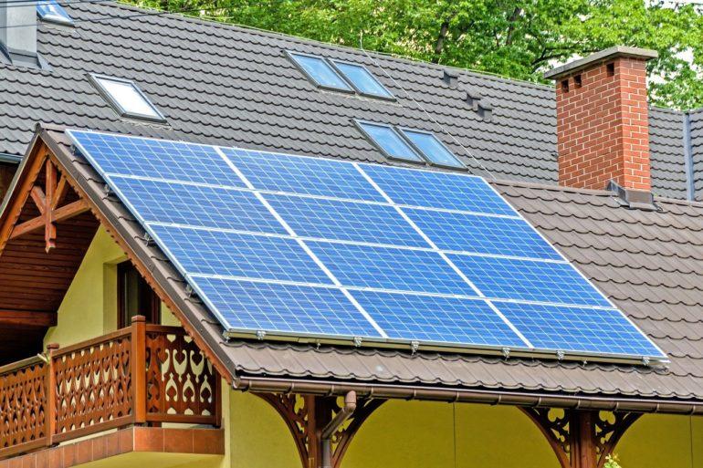 solar panels 1477987 1280 770x513 - Czy fotowoltaika podnosi wartość nieruchomości?